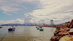 Deriva dei pescherecci a Rocky Cape contro il cielo nuvoloso della città archivi video