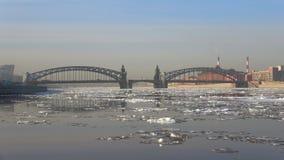 Deriva del ghiaccio della primavera al ponte di Bolsheokhtinsky St Petersburg stock footage