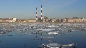 Deriva del ghiaccio della primavera all'argine di Sinopskaya St Petersburg video d archivio