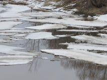 Deriva del ghiaccio della primavera sul fiume immagini stock