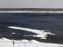 Deriva del ghiaccio sul fiume Immagine Stock