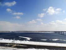 Deriva del ghiaccio sul fiume Immagini Stock
