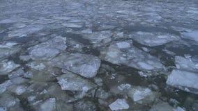 Deriva del ghiaccio sul fiume nell'orario invernale stock footage