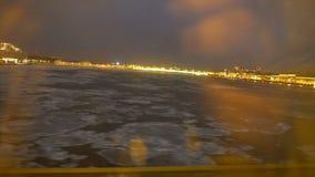 Deriva del ghiaccio sul fiume Neva video d archivio