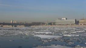 Deriva del hielo de la primavera en el río de Neva cerca del hotel Moscú St Petersburg almacen de metraje de vídeo