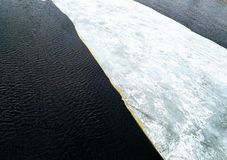 Deriva del hielo en el río de Volkhov imagenes de archivo