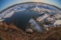 Deriva del hielo en el río siberiano Fotos de archivo