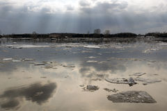 Deriva del hielo en el río siberiano Tom fotos de archivo