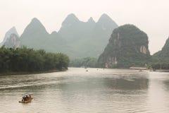 Deriva della barca sul fiume di Yulong, Yangshuo, Guilin, Cina Fotografia Stock Libera da Diritti