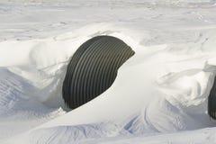 Deriva della neve sopra un canale sotterraneo Immagine Stock