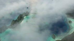 Deriva di nuvole sopra le isole del calcare in Raja Ampat archivi video
