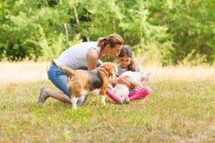 Derivato e sua madre che giocano con i loro animali domestici fotografia stock libera da diritti
