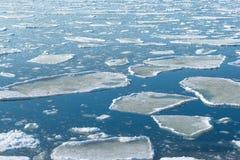 Derive el hielo de fusión en la costa del mar de Japón Cambio estacional, protección del medio ambiente y tema del calentamiento  fotografía de archivo