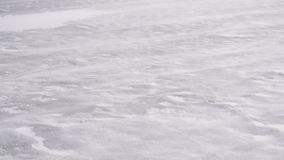 Derive la nieve en el hielo en el invierno soplado por el viento pesado almacen de video
