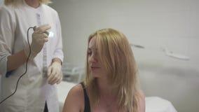 Dermatolog egzamininuje skórę na głowie dziewczyna zbiory wideo