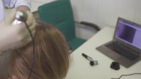 Dermatolog egzamininuje skórę na głowie dziewczyna zbiory