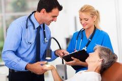 Dermatologenseniorpatient Lizenzfreies Stockbild