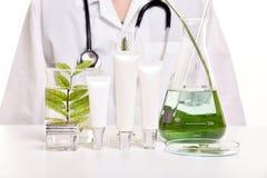 Dermatologo con cura di pelle naturale, scoperta organica di erbe verde del prodotto di bellezza al laboratorio di scienza fotografia stock