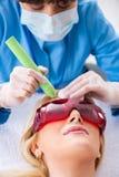Dermatologyst женщины посещая для удаления шрама лазера стоковое фото