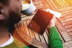 Dernières nouvelles futées de lecture d'homme d'affaires ou pavé tactile électronique de livre avec l'écran de l'espace de copie  Image libre de droits