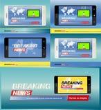 Dernières nouvelles sur le smartphone avec le fond de la carte du monde Mobile moderne TV Écran protecteur Photographie stock libre de droits