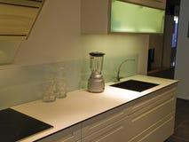 Dernier cri modernes nettoient la cuisine en bois blanche de conception Photos stock