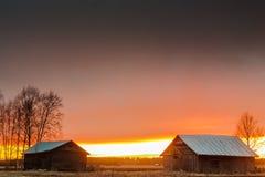 Derniers rayons de Sun derrière les Chambres de grange Photographie stock libre de droits
