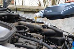 Derrama o óleo fresco em um motor de automóveis foto de stock