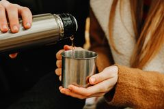 Derrama o chá na caneca da garrafa térmica foto de stock royalty free