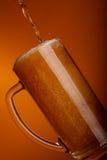 Derramamento da cerveja clara Fotografia de Stock Royalty Free