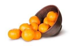 Derramamento das tangerinas fora de Clay Bowl Imagem de Stock