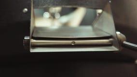 Derramamento de feijões de café recentemente roasted fora de refrigerar, máquina de mistura em parcelas pequenas Preparando o caf vídeos de arquivo