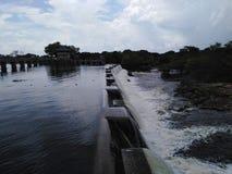 Derramamento de transbordamento do tanque Sri Lanka de Nachaduuwa foto de stock