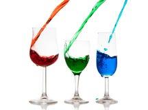 Derramamento líquido colorido em vidros Foto de Stock