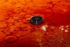 Derramamentos e mancha de óleo Superfície com bolhas pequenas Azul misturado da imagem e cores amarelas Grosso líquido fotografia de stock