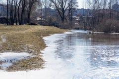 Derramamiento de la primavera del río en la ciudad de Chernigov, Ucrania En abril de 2018, imagen de archivo libre de regalías