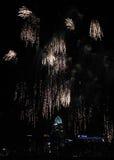 Derramamiento de los fuegos artificiales sobre el horizonte de Cincinnati Imágenes de archivo libres de regalías