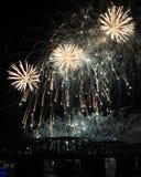 Derramamiento de los fuegos artificiales sobre el horizonte de Cincinnati Foto de archivo libre de regalías