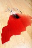 Derramamiento del vino en suelo de madera dura Imágenes de archivo libres de regalías