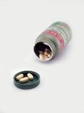 Derramando os comprimidos brancos do cálcio Fotos de Stock