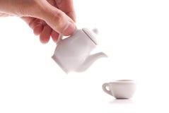 Derramando um copo do chá imagens de stock royalty free
