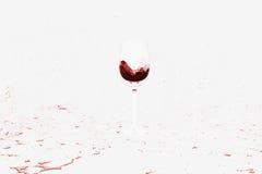 Derramando um plano molhado do vinho tinto Foto de Stock Royalty Free
