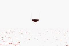 Derramando um vinho tinto molhado Fotografia de Stock Royalty Free