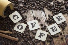 Derramar el café, el canela y letras Imagen de archivo libre de regalías
