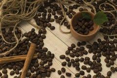 Derramar el café, el canela y letras Foto de archivo libre de regalías