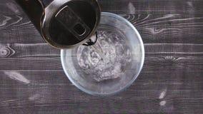 Derrame a água a ferver em uma bacia de vidro para fabricar cerveja ou aquecer-se em um banho maria filme