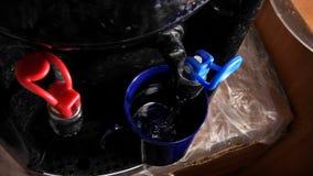 Derrame a água fria em um vidro do refrigerador video estoque