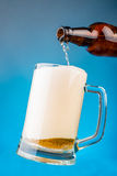 Derrame a cerveja em um vidro Imagem de Stock Royalty Free