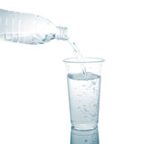 Derrame em um vidro isolado em um fundo branco. Imagem de Stock