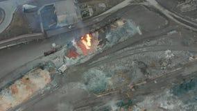 Derrame a escória derretida do tanque da locomotiva diesel em uma planta metalúrgica Silhueta do homem de negócio Cowering filme